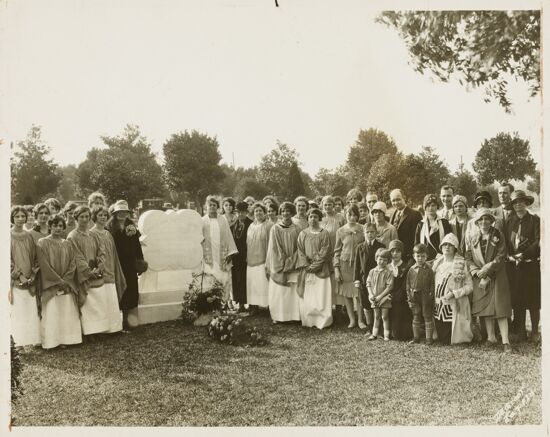 Group at Mary DuPont Lines Memorial Photograph, 1928 (image)